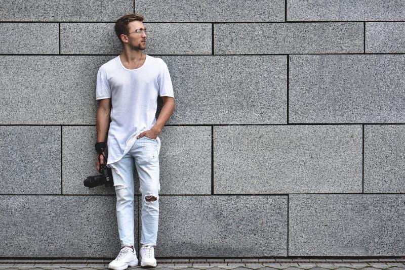 Um fotógrafo amador do passatempo que aprende usar uma câmara digital profissional imagem de stock royalty free