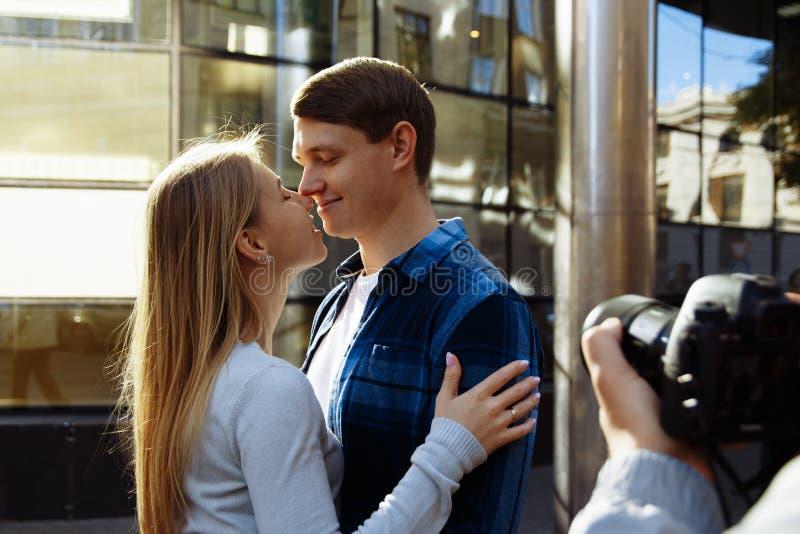 Um fotógrafo do casamento toma imagens dos noivos na natureza, fotógrafo na ação fotografia de stock royalty free