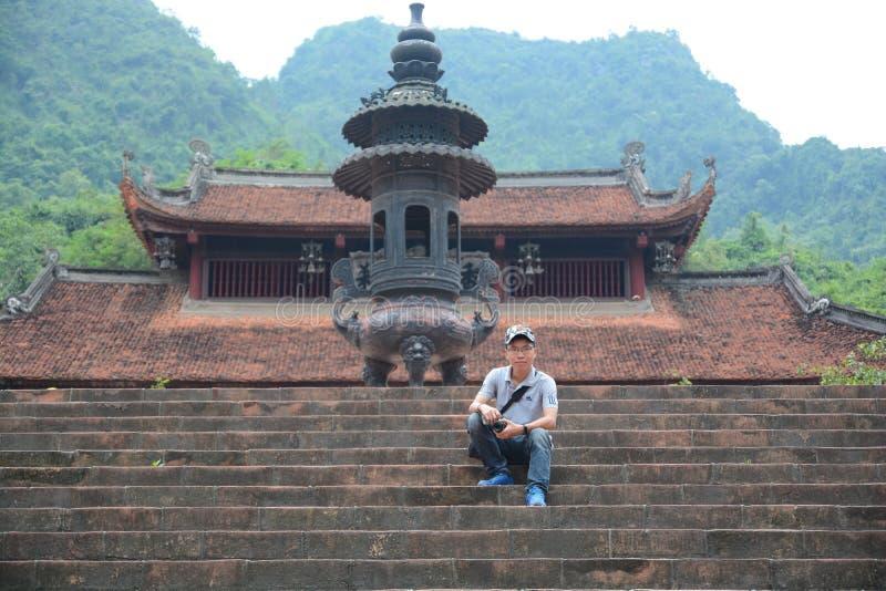 Um fotógrafo no pagode de Huong - Vietname imagem de stock