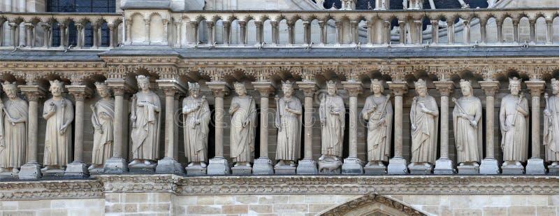 Um fragmento da galeria de reis do antigo testamento no façade de Notre Dame Cathedral foto de stock