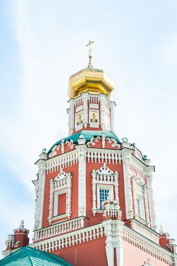 Um fragmento da torre de sino da catedral do esmagamento na pista de Bogoyavlensky em Moscou fotografia de stock