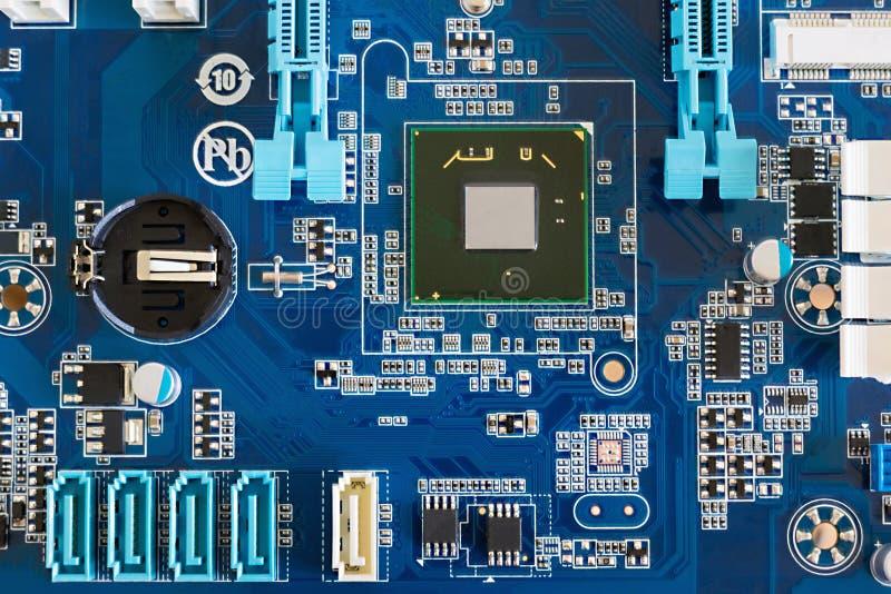 Um fragmento de um cartão-matriz do computador com uma ponte norte e os conectores fotos de stock royalty free