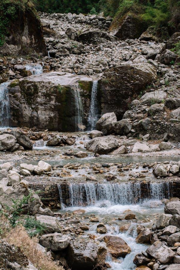 Um fragmento de uma cachoeira imagens de stock