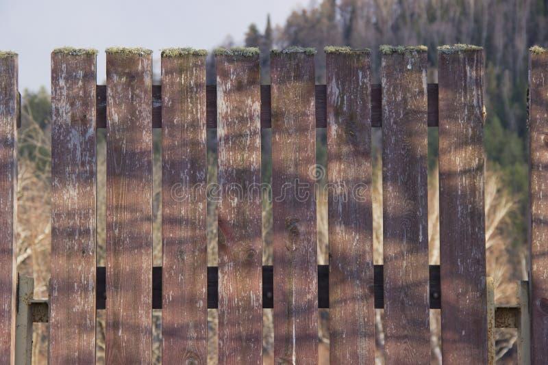 Um fragmento de uma cerca de madeira foto de stock