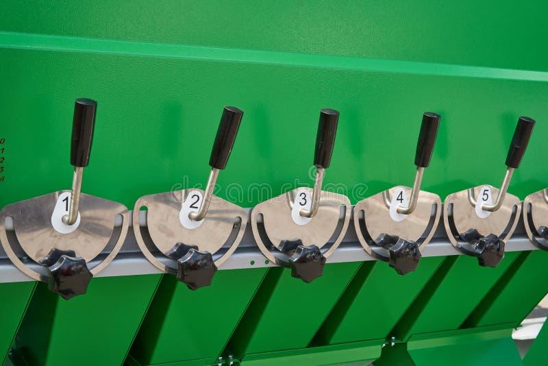 Um fragmento do dispositivo para a preparação de misturas da grão com os punhos para o controle dos amortecedores nos funis fotos de stock