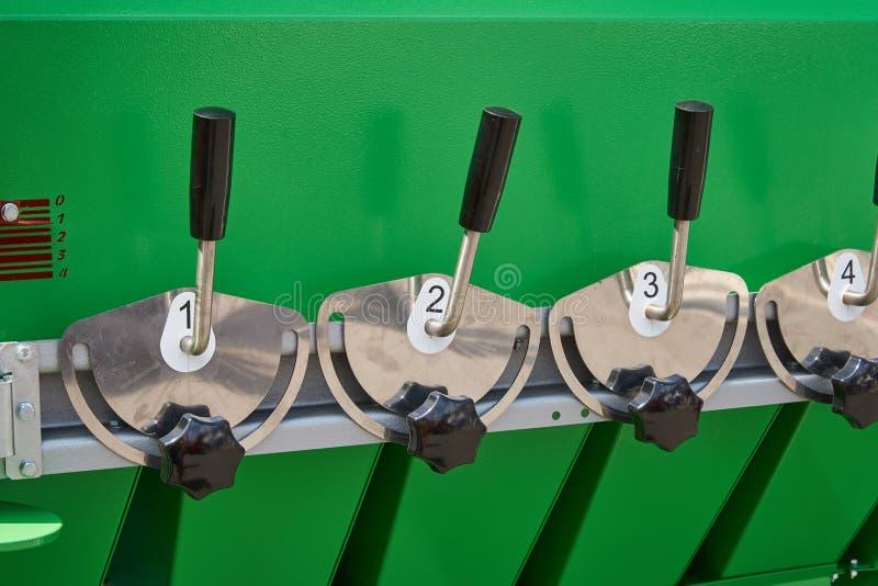 Um fragmento do dispositivo para a preparação de misturas da grão com os punhos para o controle dos amortecedores nos funis fotografia de stock