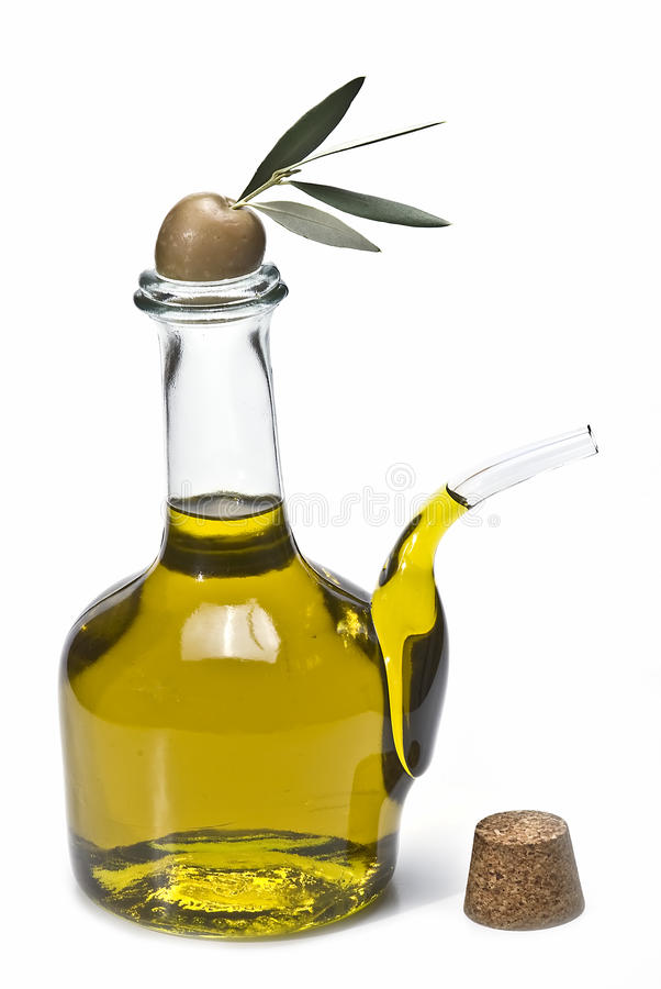 Um frasco do petróleo verde-oliva e da uma azeitona. imagens de stock