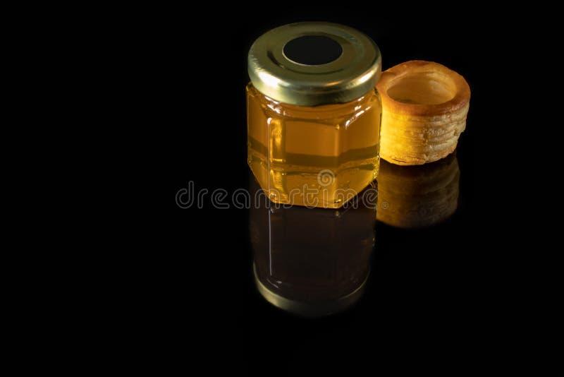 Um frasco pequeno de galdérias do mel e da massa fotos de stock royalty free