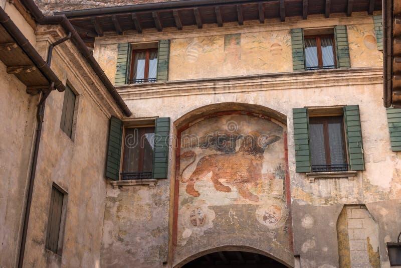 Um fresco antigo de um leão Venetian na parede de uma casa em Conegliano O leão voado de St Mark é um símbolo de imagens de stock