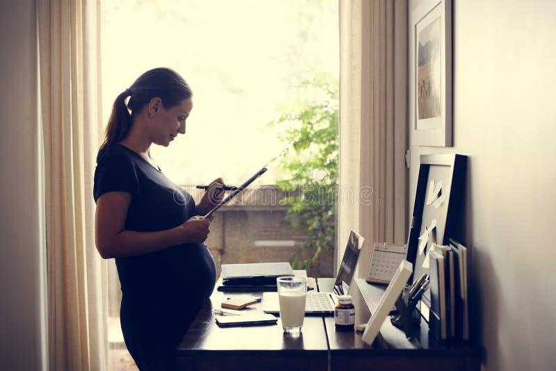 Um funcionamento alegre da mulher gravida imagem de stock