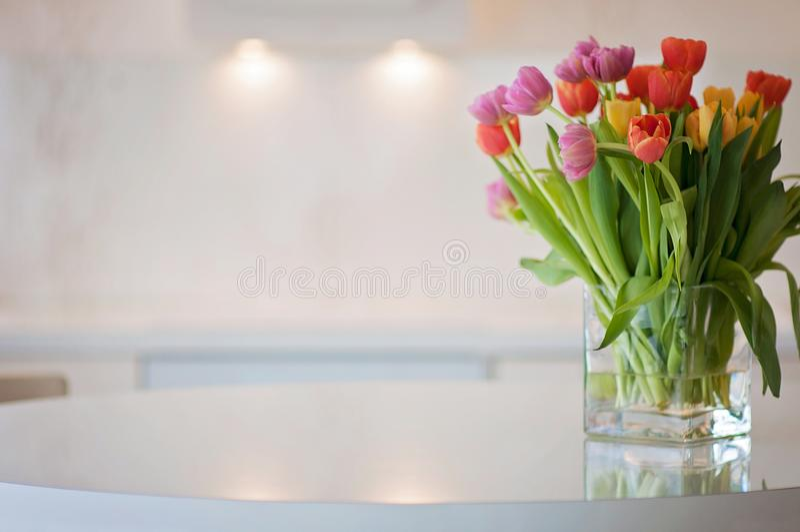 Um fundo branco e limpo da cozinha do escritório domiciliário com t colorido fotos de stock royalty free