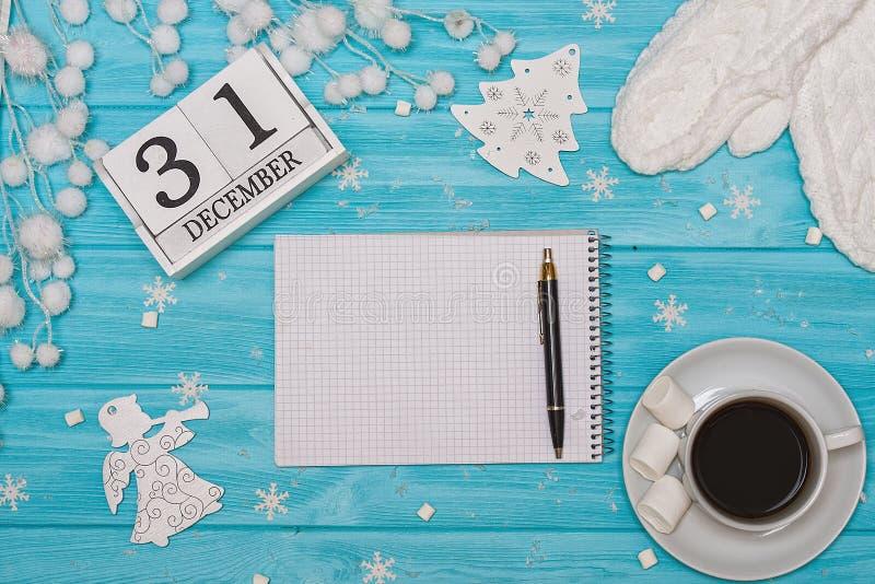 Um fundo de madeira com decorações do Natal Cartão do Xmas Ano novo, conceito dos feriados Um copo do café quente com marshmallow fotos de stock