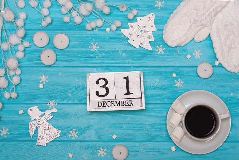 Um fundo de madeira com decorações do Natal Cartão do Xmas Ano novo, conceito dos feriados Um copo do café quente com marshmallow foto de stock