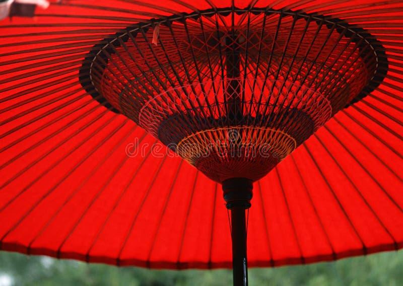 Um fundo de madeira vermelho e preto japonês do guarda-chuva fotografia de stock