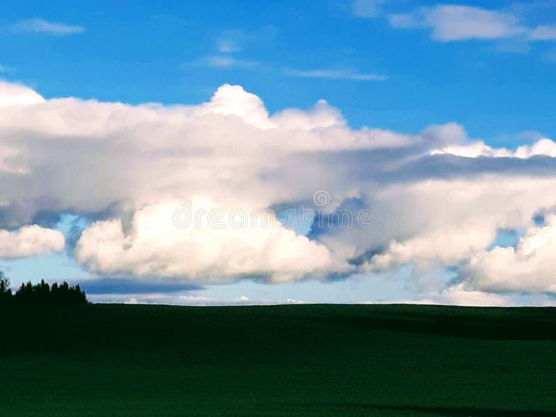 Um furo nas nuvens dá a esperança para mais luz do sol imagem de stock