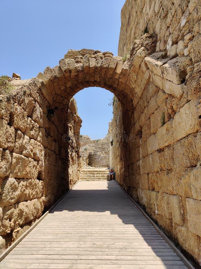 Um furo nas ruínas de Massada imagem de stock