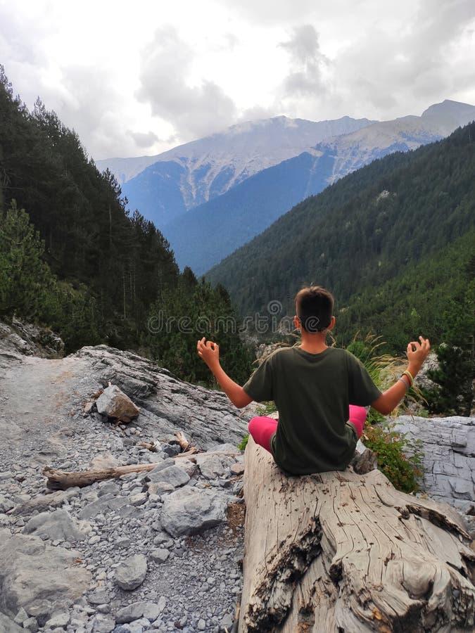 Um garoto meditando na montanha do Olimpo fotografia de stock royalty free