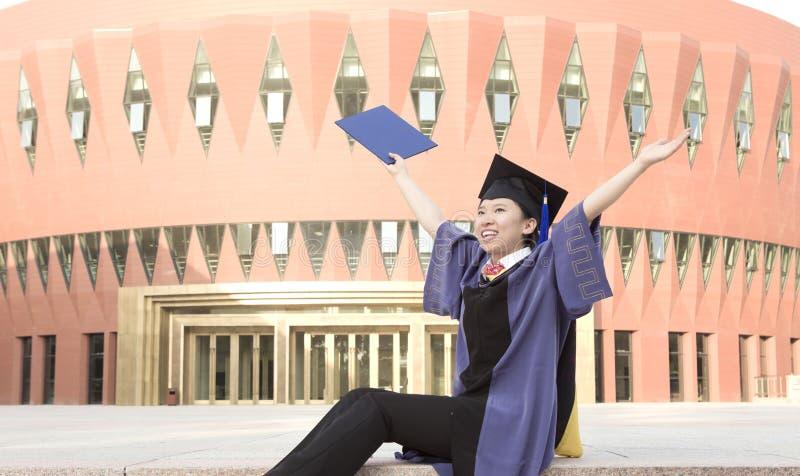Um graduado cheering foto de stock royalty free