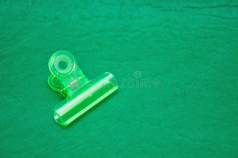 Um grampo de buldogue plástico verde imagem de stock royalty free