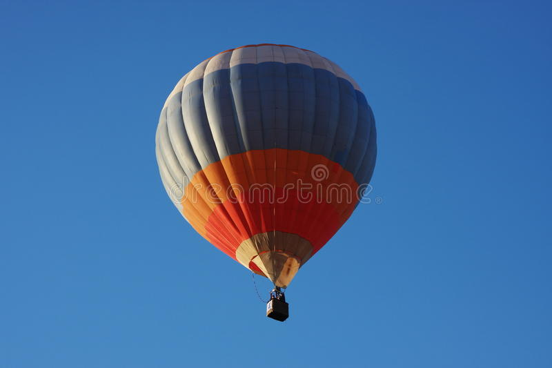 Um grande balão está no céu escuro imagens de stock