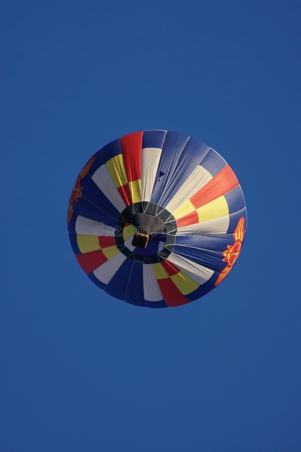 Um grande balão está no céu escuro fotografia de stock royalty free