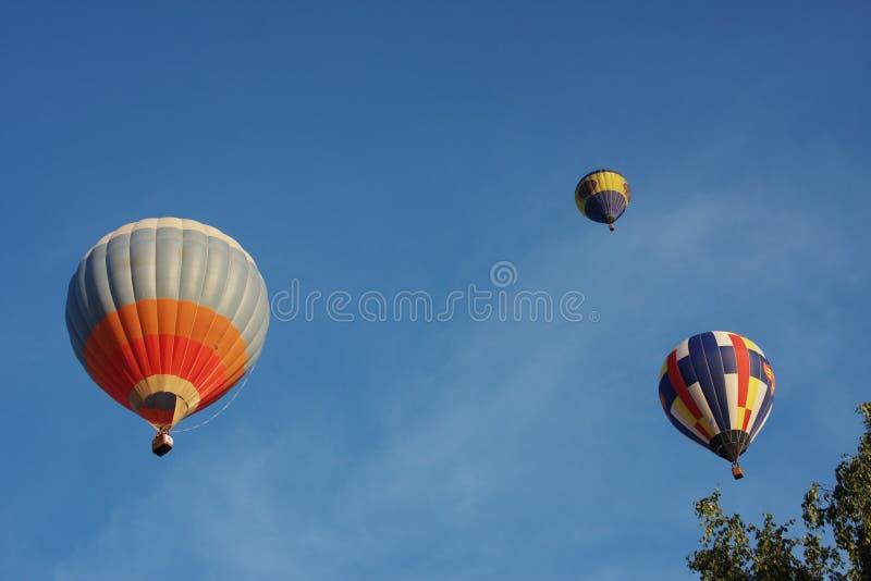 Um grande balão está no céu escuro fotos de stock