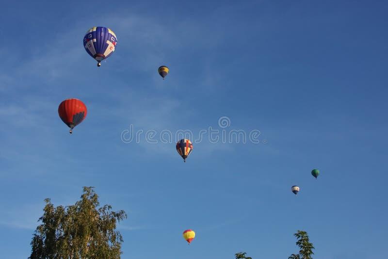 Um grande balão está no céu escuro fotos de stock royalty free