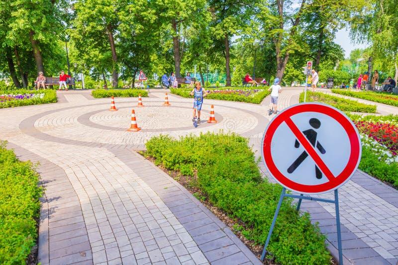 Um grande campo de jogos para aprender as regras da estrada no parque imagens de stock royalty free