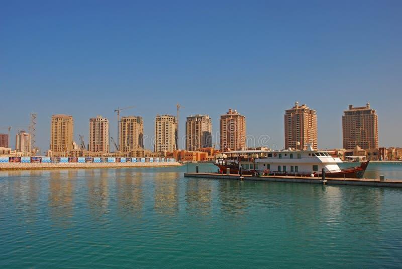 Um grande cruzeiro do navio na pérola em Doha Catar imagem de stock