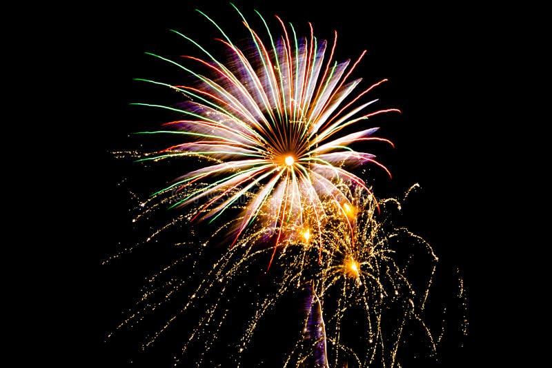 Um grande fogo de artifício com três explosões pequenas do fogo de artifício fotos de stock