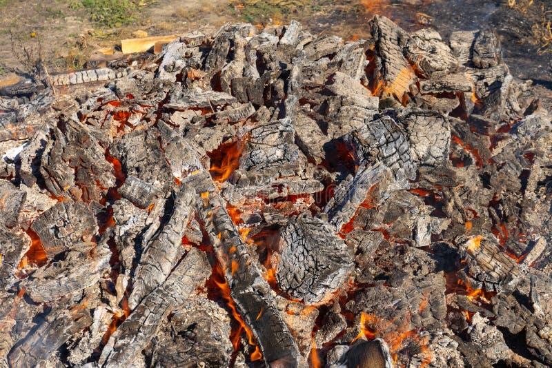 Um grande fogo que queima-se no aberto fotografia de stock