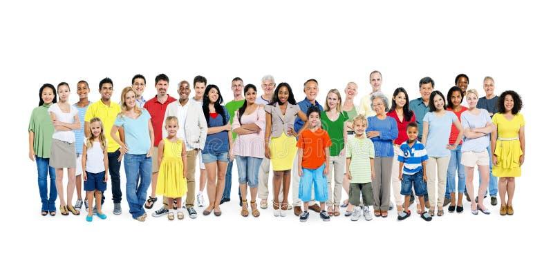 Um grande grupo de povos felizes coloridos diversos fotos de stock
