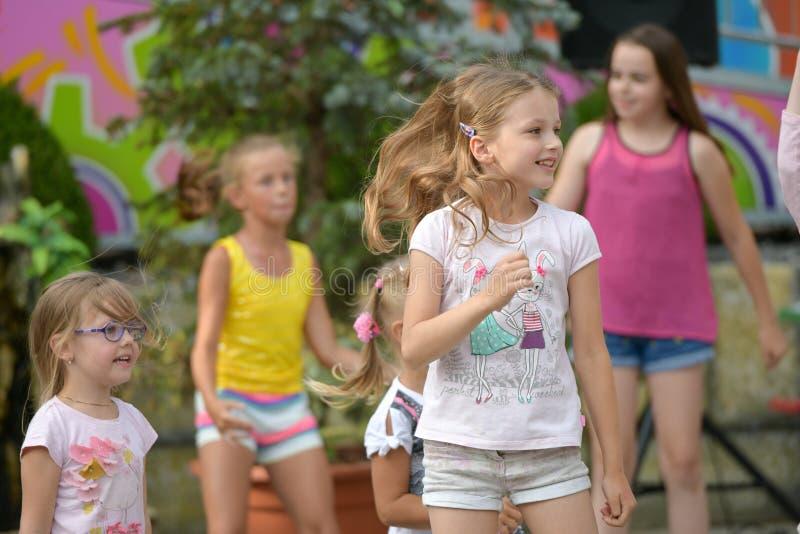Um grande grupo de salto, de esportes e de dança felizes das crianças dos esportes do divertimento Infância, liberdade, felicidad fotos de stock