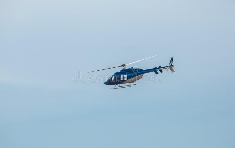 Um grande, helicóptero azul está voando fotos de stock
