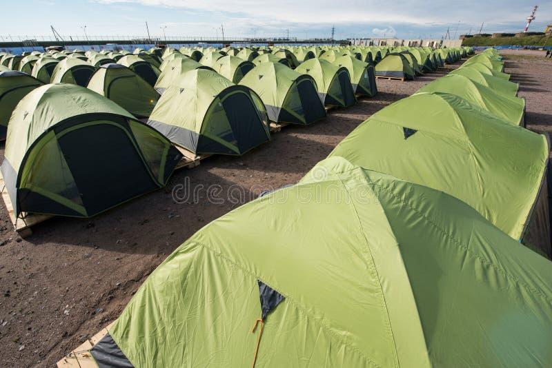Um grande número barracas em um Sandy Beach, alinhado restritamente na fotos de stock royalty free