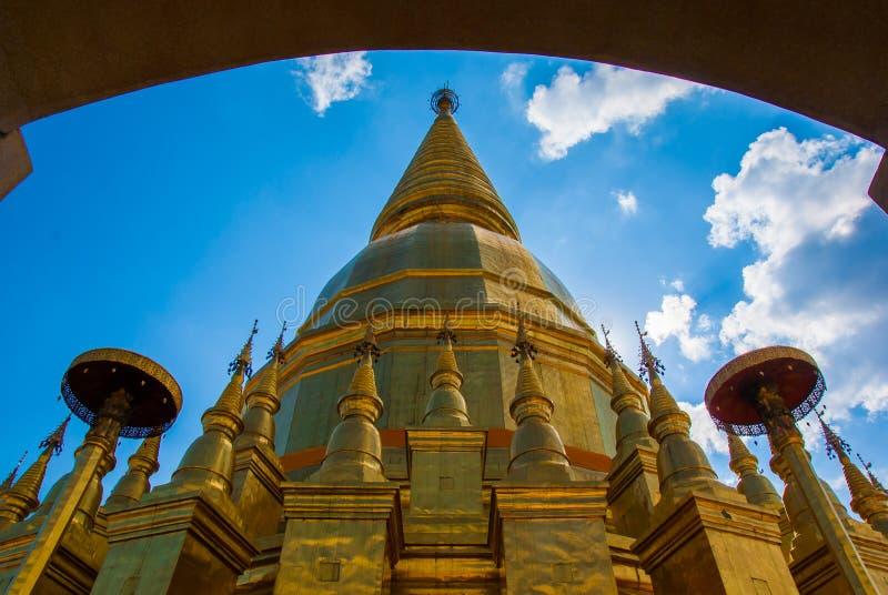 Um grande pagode dourado imagem de stock