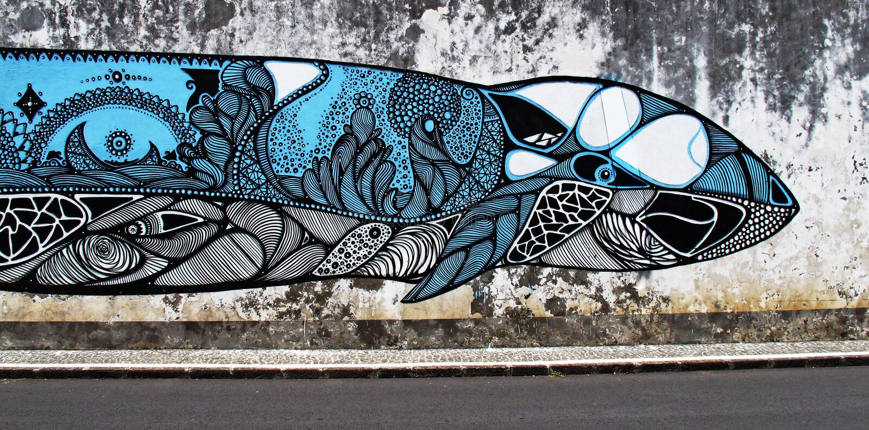 Um grande peixe da baleia pintou em um muro de cimento foto de stock
