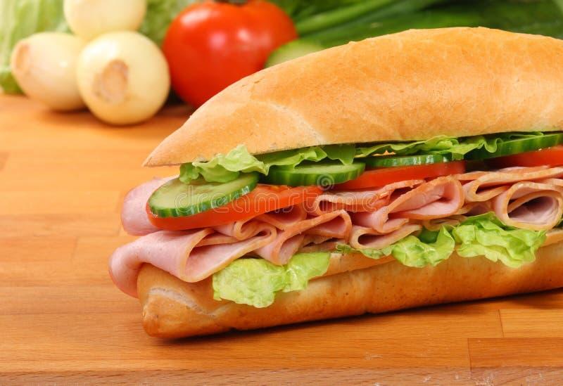 Um grande sanduíche do presunto e do tomate imagem de stock