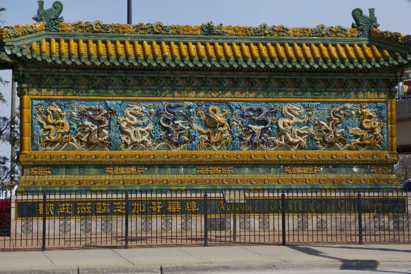 Um grande sinal do oranate com símbolos como você inscreve o bairro chinês em Chicago, Illinois imagem de stock royalty free