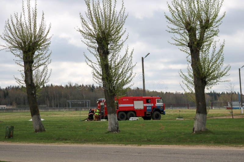 Um grande veículo de socorro do fogo vermelho, um fogo - extinguir o caminhão, monta em um produto químico, refinaria de petróleo fotos de stock royalty free
