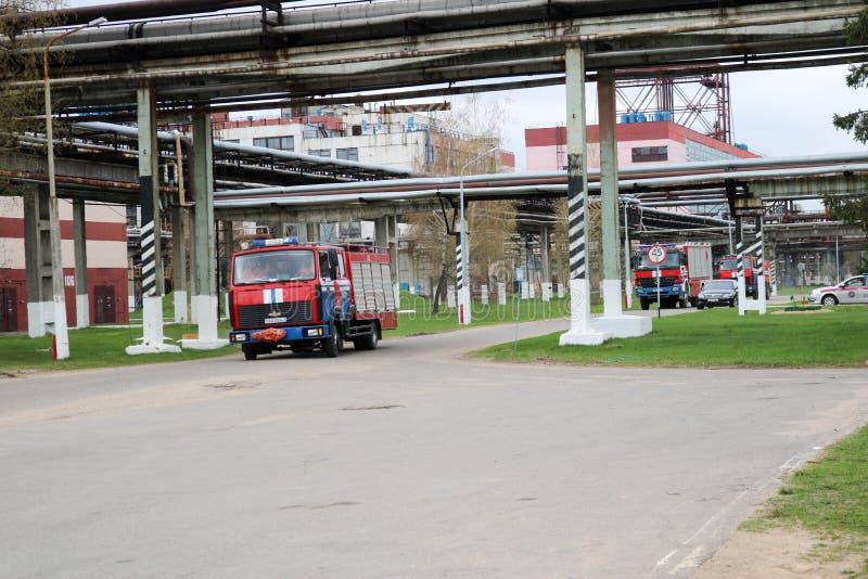Um grande veículo de socorro vermelho da luta contra o incêndio, um fogo - extinguir o caminhão, está em um produto químico, óleo fotografia de stock royalty free