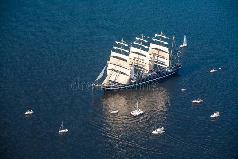 Um grande veleiro, casca entra no mar cercado por muitos iate casca Kruzenstern do veleiro do nThe última fotos de stock