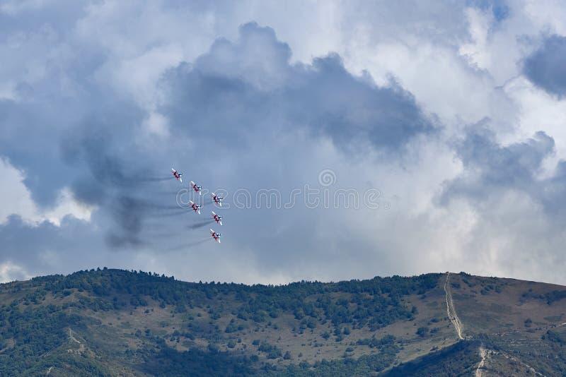 Um grupo da aviação de seis aviões MiG-29 demonstra uma figura da pirâmide contra o contexto do recurso de Gelendzhik fotografia de stock royalty free