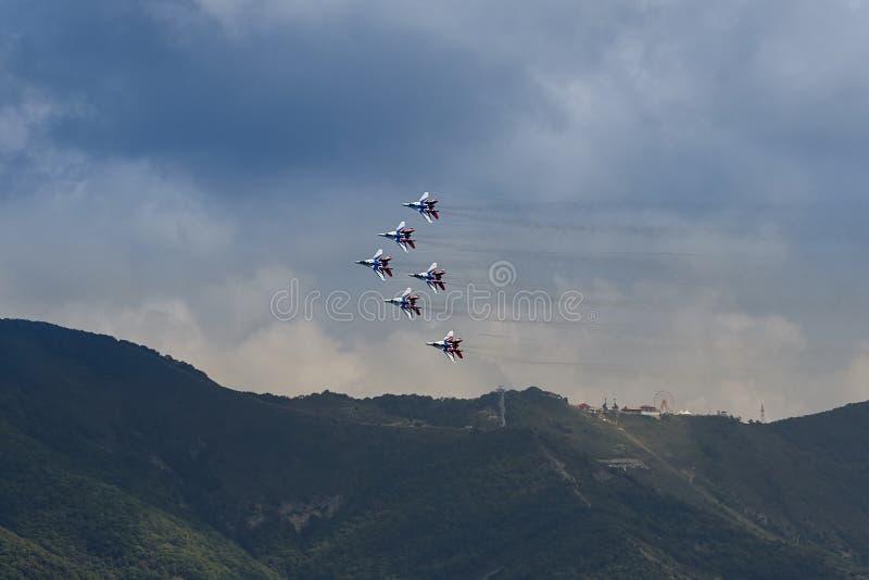 Um grupo da aviação de seis aviões MiG-29 demonstra uma figura da pirâmide contra o contexto do recurso de Gelendzhik fotos de stock royalty free