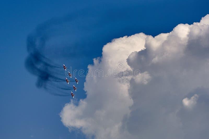 Um grupo da aviação de seis aviões MiG-29 demonstra uma forma da pirâmide contra um céu azul limpo foto de stock