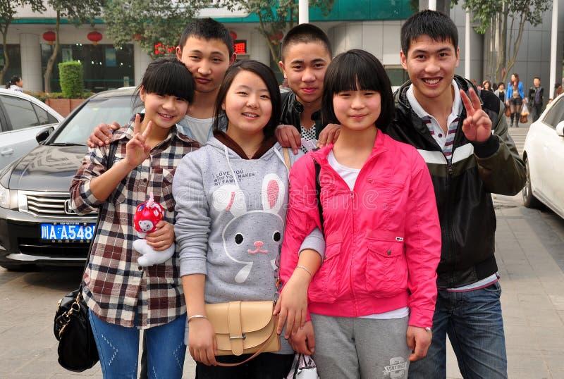 Pengzhou, China: Seis adolescentes de sorriso fotografia de stock royalty free