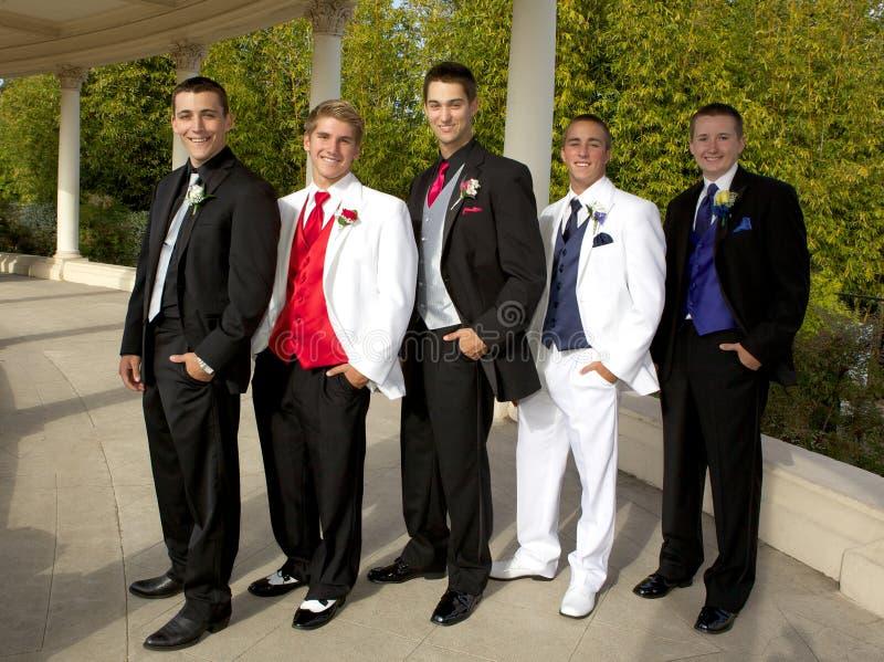 Um grupo de adolescentes nos smoking no baile de finalistas fotos de stock royalty free