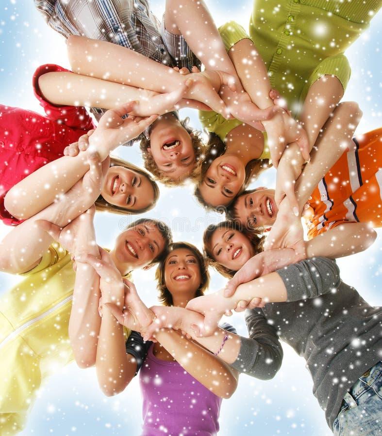 Um grupo de adolescentes novos em um fundo nevado imagens de stock
