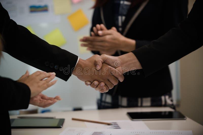 Um grupo de aperto de mão asiático do negócio das felicitações no meetin imagens de stock royalty free