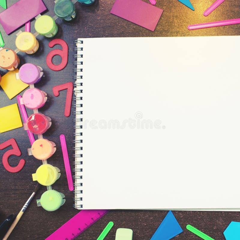 Um grupo de artigos de papelaria para o caderno da escola que encontra-se na tabela Cópia da vista superior do conceito colocado  imagem de stock
